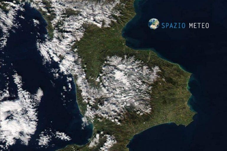 Calabria e Sicilia, le nevicate viste dal satellite della NASA