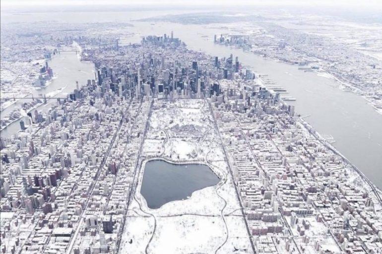 Blizzard di neve a New York: un clima estremo rispetto a Napoli, eppure si trovano sullo stesso parallelo