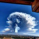 """Etna in eruzione, imponente nube di cenere verso la Calabria: """"pioggia nera"""" in arrivo su Reggio Calabria"""